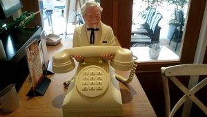出口にあったカーネルおじさん電話