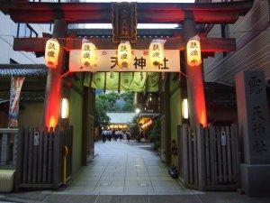 露天神社(お初天神)入口