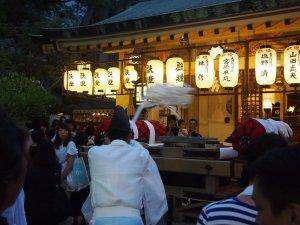 露天神社(お初天神)夏祭り-神主さんシャッシャッ
