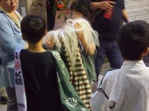 露天神社(お初天神)夏祭り-獅子舞少年達もスタンバイ