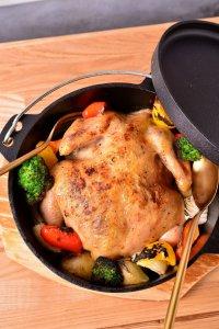 丸鶏と野菜のダッチオーブン - 出典:公式HP